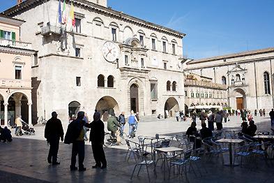 Die Provinzhauptstadt Ascoli Piceno mit ihre Tavertin-Piazza.