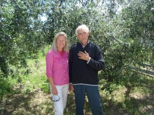 Ex-Biologie-Lehrer und Bio-Olivenbauer Bruno und Heidi - natürlich vor einem Olivenbaum