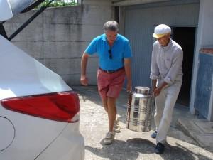 Bruno und Michael schleppen 50 Liter Olivenöl in unseren Kofferraum.