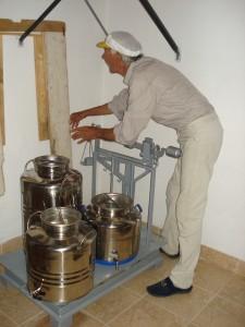 Bruno wiegt unser Olivenöl; dabei sind 0,96 Kilo ein Liter.