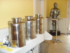 50-Liter-Kanister im Rittersaal auf Schloss Aufhausen