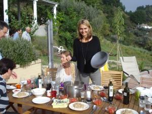 Nach getaner Olivenernte: Spaghetti, nur mit frischem Olivenöl drüber, hier serviert von Claudia nach der Olivenöl-Degustation.