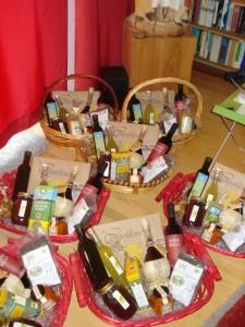 Geschenkkörbe mit 10 Produkten aus den Marken.