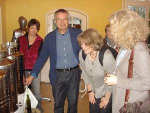 Michael füllt mit Damen-Hilfe frisches Olivenöl ab.