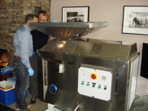 Tiziano, links, und Benedetto an der mobilen Olivenpresse