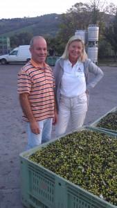 Unser Nachbar Giacomo und ich mit einem Teil der grün-schwarz-lilafarbenen Olivenernte 2013