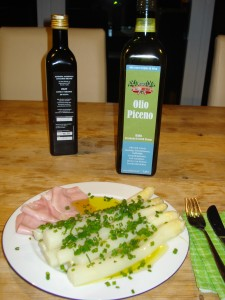 Spargel mit Olio Piceno, Peroncino-Öl und Schnittlauch