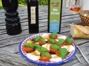 Mozzarella mit Tomaten, Basilikum, Olio Piceno und Aceto Balsamico Pagani