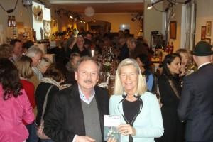 """Die glückliche Buchautorin Heidi Rauch mit dem glücklichen Verleger Martin Dort bei der Buchpremiere im """"Von & Zu"""""""