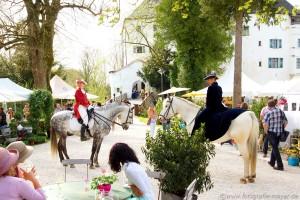 Barockreiterinnen und Hüte-Trägerinnen sorgen für eine ganz besondere Atmosphäre beim Gartenfest auf Schloss Amerang vom 24. bis 26. April 2015.