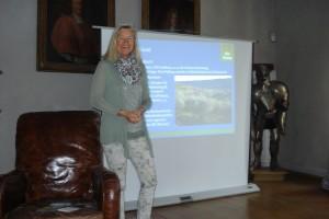 Heidi Rauch beim Olivenöl-Vortrag im Rittersaal von Schloss Amerang
