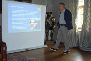 Michael Konitzer beim Olivenöl-Vortrag im Rittersaal von Schloss Amerang