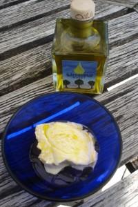 Das zitronige Limonolio passt wunderbar zu Vanilleeis!