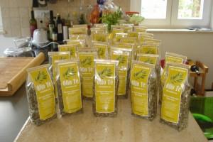 50 g- und 100 g-Tüten Olio Tè warten auf Käufer.