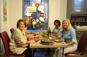 """Nach dem Kochen durften wir das Zubereitete natürlich auch essen im """"Club der Köchinnen""""."""