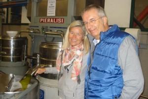 Heidi und Michael freuen sich über das herausfließende frische Olivenöl.