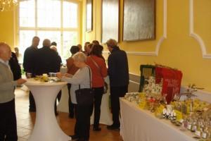 Unsere Geschenkschachteln drapiert in Oliven-Erntekörben neben den Krocks von Maiga Werner