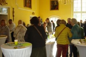 Die Gäste drängten sich um die Verkostungstische im stimmungsvollen Rittersaal.