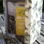 Mein Oliven-Buch und der von uns gehäckselte Olivenblättertee in einer handgefertigten Schachtel - das ideale Weihnachtsgeschenk!