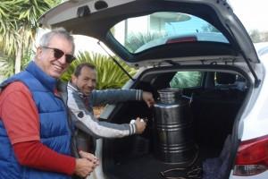 Michael und Tiziano hieven die 50-Liter-Ölkanne in unser Auto.
