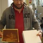 Tiziano zeigt das Filterpapier - vorher und nachher.