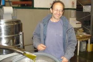 Bio-Olivenbauer Tony freut sich in unserer Ölmühle Agostini über das frische Oktober-Olivenöl.
