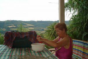 Senioren-Arbeit: Mama zupft Blätter für unseren gesunden Olivenblätter-Tee auf unserer Terrasse.