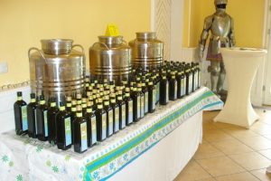 Olivenöl-Flaschenparade im Rittersaal von Schloss Aufhausen