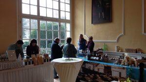 Olivenöl-Erntedankfest im Rittersaal von Schloss Aufhausen: links Ireneo und sein Limonolio, rechts Bianca und Uli mit dem Aceto Balsamico der Familie Pagani