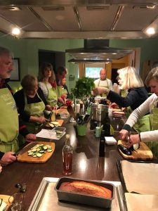 Vorn auf dem Tisch: mit Olivenöl gebackener Rührkuchen. Man spart bis zu 50 Prozent Fett!