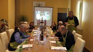 Unsere Olivenölschüler in Berlin beim Verkosten von sechs verschiedenen Olivenölen aus drei Ländern.