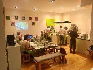 """Olivenöle verkosten, gemeinsam kochen und essen in schönem Ambiente bei """"Koch Dich glücklich!"""" in München"""