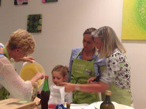Die jüngste Teilnehmerin hilft beim Kuchenbacken.