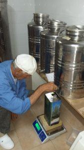 Bruno füllt uns sein letztes kostbares Olivenöl dieses Jahr ab.