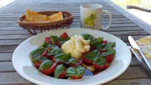 Wunderbares Sommeressen: Burrata oder Mozzarella mit Tomaten und Basilikum - plus ehrlichem Olivenöl oder Limonolio!