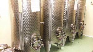 """Tizianos Edelstahl-""""Tresore"""" mit seinem wunderbaren Olivenöl"""