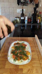 Und zum Schluss kommt ein Schuss Olivenöl über den Fenchel-Orangensalat.