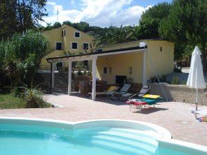 Blick vom Pool und der Außenküche zur zweistöckigen Casa