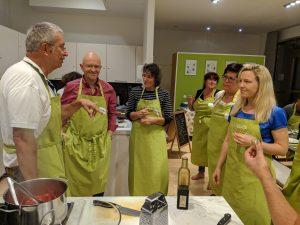 Michael bei unserer vorerst letzten Olivenölschule in München mit zufriedenen Gästen