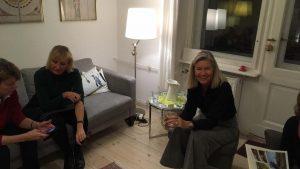 Gastgeberin Heidi in Berlin mit Gästen