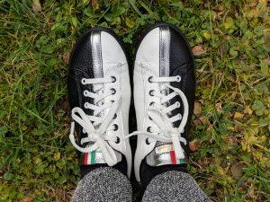 Oft bewundert: Meine schwarz-weiß-silbernen Sneakers